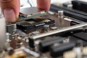 Den Prozessor vorsichtig einsetzen um keine Pins zu beschädigen